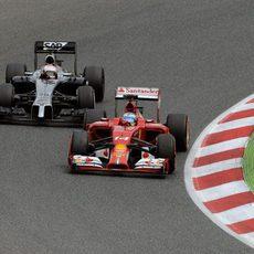 Fernando Alonso adelanta a Kevin Magnussen