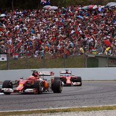 Kimi Räikkönen rueda delante de Fernando Alonso