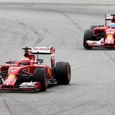 Kimi Räikkönen salía por delante de Fernando Alonso