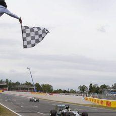 Lewis Hamilton y Nico Rosberg cruzan la meta en España