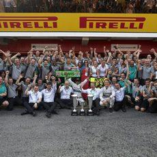 El equipo Mercedes celebra el doblete en España