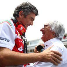 Marco Mattiacci y Bernie Ecclestone en la parrilla de salida