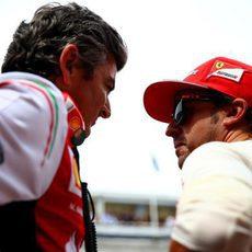 Fernando Alonso charla con Marco Mattiacci