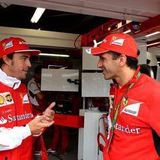Fernando Alonso charla con Marc Gené