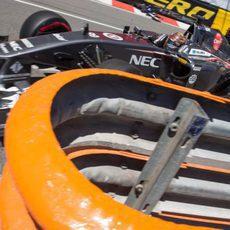 Adrian Sutil pasa cerca de las barreras