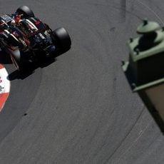 Romain Grosjean gira en Loews