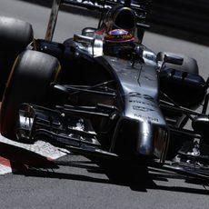 Jenson Button salta por los pianos de Mónaco