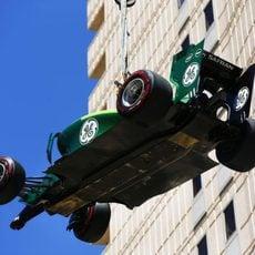 La grúa retira el coche de Marcus Ericsson