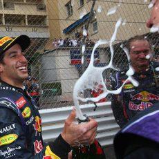 Daniel Ricciardo descorcha el champán en Mónaco