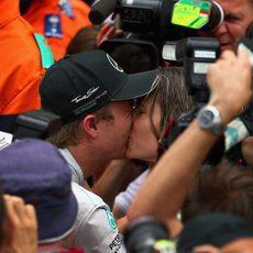 Nico Rosberg besa a su novia tras la victoria en Mónaco