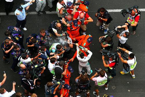 Nixo Rosberg baña en champán al equipo