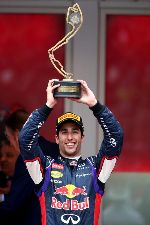 Trofeo de tercer clasificado para Daniel Ricciardo