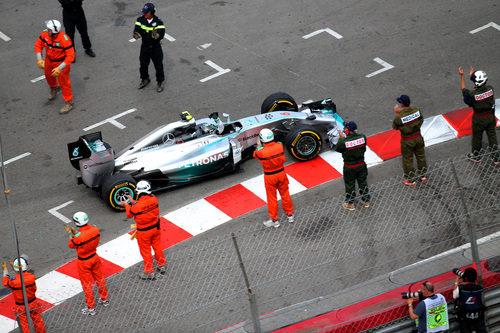 Nico Rosberg pasa entre los comisarios finalizado el GP