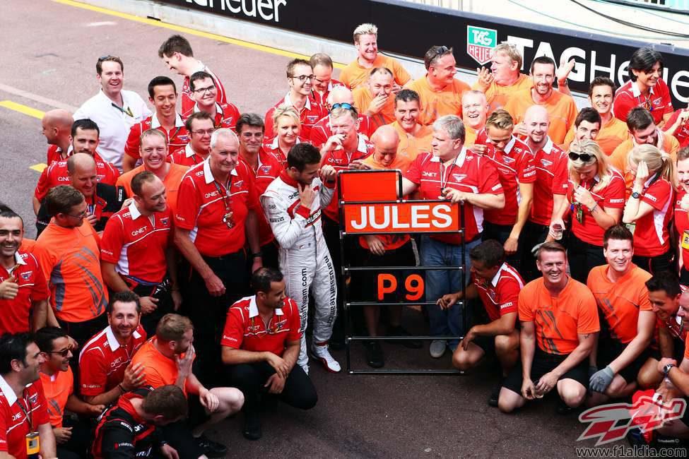 El equipo Marussia celebra sus primeros puntos