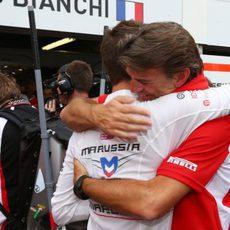 Jules Bianchi se abraza a Graeme Lowdon