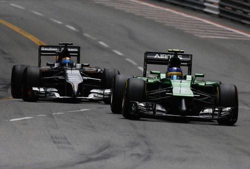Marcus Ericsson trata de mantener a Adrian Sutil