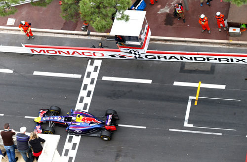 Daniel Ricciardo cruza la meta en el Principado