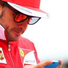 Fernando Alonso se mantiene conectado en Montreal