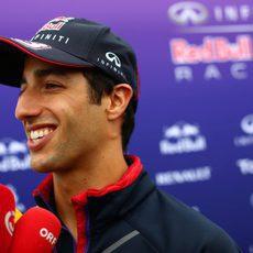 Daniel Ricciardo atiene a las televisiones