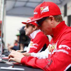 Kimi Räikkönen atiende a sus fans