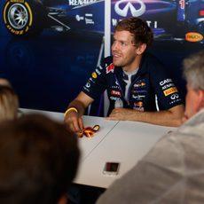 Sebastian Vettel responde a los periodistas