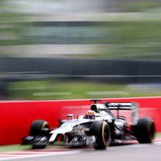 Jenson Button pasa cerca de las protecciones