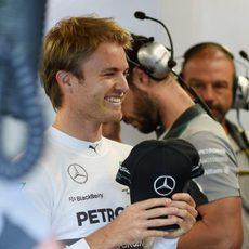 Nico Rosberg, muy contento en el box de Mercedes