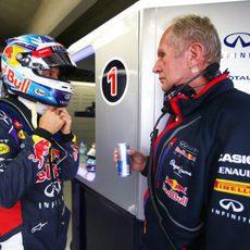 Sebastian Vettel charla con Helmut Marko antes de los Libres