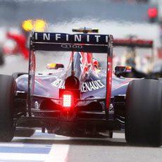 Daniel Ricciardo sale de boxes con neumático blando
