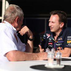 Christian Horner y Helmut Marko charlan en el paddock