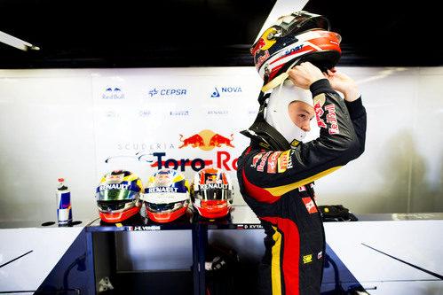 Daniil Kvyat se desprende del casco en el box de Toro Rosso