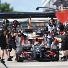 Pastor Maldonado regresa a boxes tras un fallo en el DRS