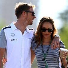 Jenson Button y Jessica Michibata llegan al circuito