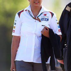 Monisha Kaltenborn llega sonriente al circuito