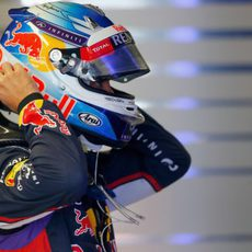 Sebastian Vettel se ajusta el casco antes de subir al RB10