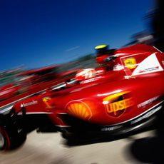 Kimi Räikkönen sale de boxes con el superblando
