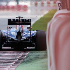 Daniel Ricciardo pasa cerquita de las protecciones