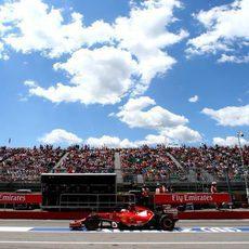 Kimi Räikkönen pasa por el pit lane en Montreal