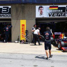 Sebastian Vettel sale de la protección del box