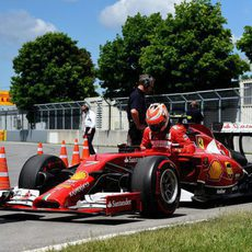 Kimi Räikkönen aparca el coche fuera de pista