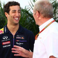 Daniel Ricciardo charla con Helmut Marko