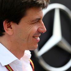 Toto Wolff sonríe antes de la carrera