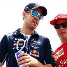 Sebastian Vettel y Kimi Räikkönen se dirigen al drivers parade