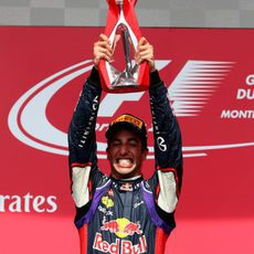 Daniel Ricciardo levanta su trofeo de ganador