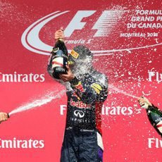 Rosberg y Vettel rocían de champán a Ricciardo