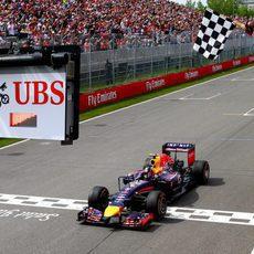 Daniel Ricciardo cruza la meta en Canadá