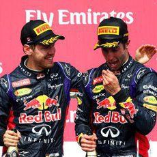 Sebastian Vettel felicita a Daniel Ricciardo