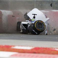 Felipe Massa se estrella contra las protecciones