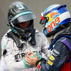 Nico Rosberg felicita a Daniel Ricciardo