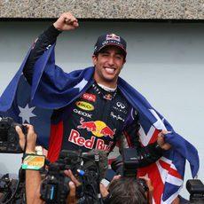 Daniel Ricciardo sostiene la bandera de Australia